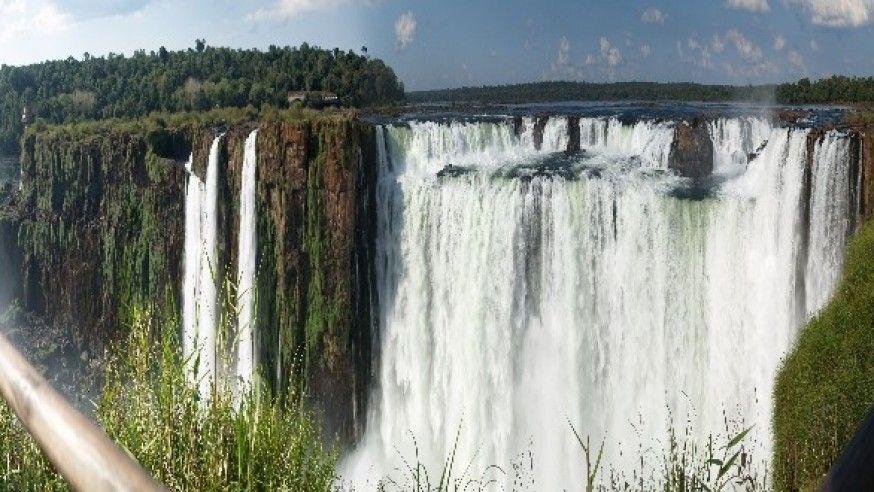 Iguazu Falls lie on the Argentina
